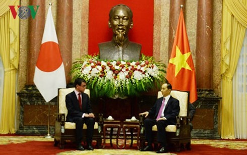 Staatspräsident Tran Dai Quang trifft Japans Außenminister Taro Cono - ảnh 1