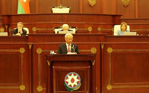 Vizeparlamentspräsident Uong Chu Luu nimmt an 100-jähriger Gründungsfeier des Parlaments Aserbaidschans teil - ảnh 1