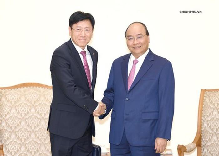 Premierminister Nguyen Xuan Phuc trifft ausländische Investoren - ảnh 1