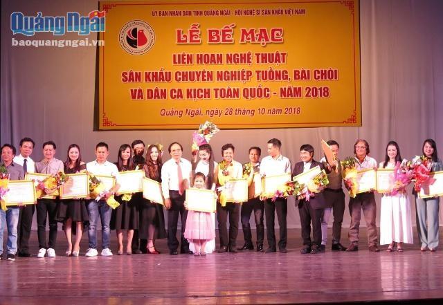 Überreichung des Preises vom landesweiten Festival für professionelle Theaterkünste Tuong, Bai Choi und andere Volkslieder - ảnh 1
