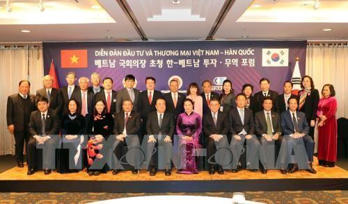 Parlamentspräsidentin Nguyen Thi Kim Ngan empfängt Vertreter einiger Wirtschaftskonzerne Südkoreas - ảnh 1