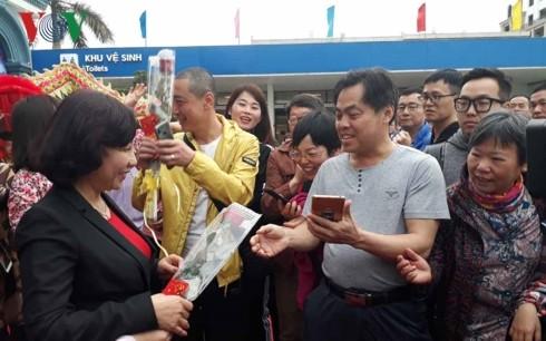 Quang Ninh empfängt erste Touristen im neuen Jahr - ảnh 1