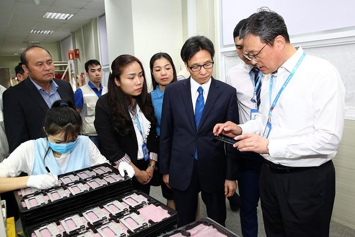 Vizepremierminister Vu Duc Dam besucht Arbeiter in Bac Giang - ảnh 1