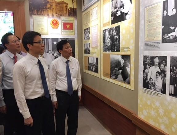 """Eröffnung des Ausstellungsraums """"Einiger Tätigkeiten von Präsident Ho Chi Minh im Präsidentenpalast"""" - ảnh 1"""