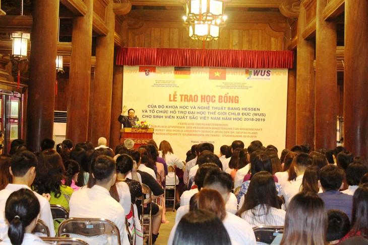 Übergabe der Stipendien des Bundeslands Hessen an ausgezeichnete Studierende in Hanoi und Umgebung - ảnh 1
