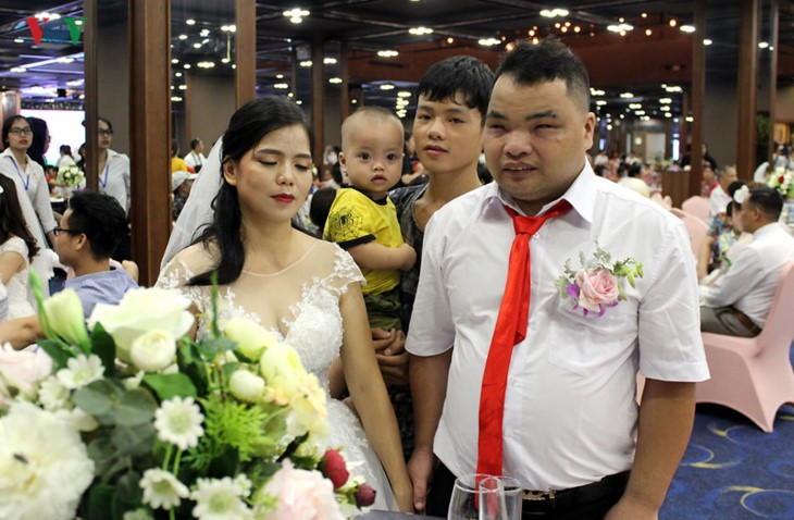 Ehepaare mit Behinderung fahren hunderte Kilometer nach Hanoi für eine Gruppenhochzeit und Fotos - ảnh 12