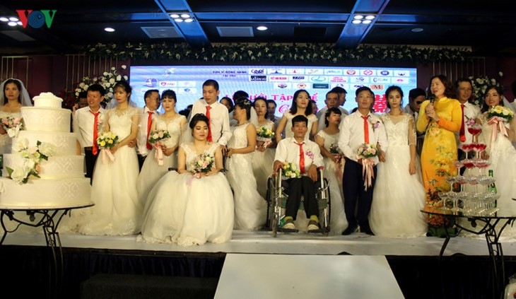 Ehepaare mit Behinderung fahren hunderte Kilometer nach Hanoi für eine Gruppenhochzeit und Fotos - ảnh 1