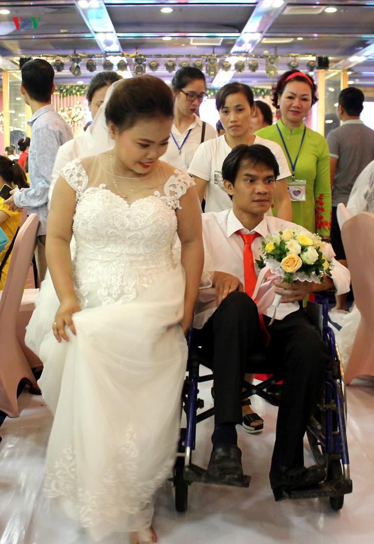 Ehepaare mit Behinderung fahren hunderte Kilometer nach Hanoi für eine Gruppenhochzeit und Fotos - ảnh 21
