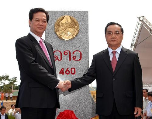 Rakyat Laos bergembira atas suksesnya pekerjaan penancapan tonggak perbatasan - ảnh 1