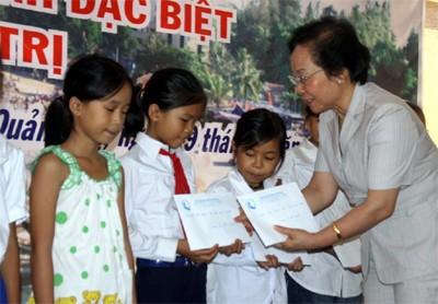 120 murid miskin mendapat beasiswa dari Dana Bantuan anak-anak Vietnam - ảnh 1