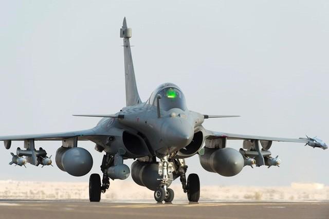 Perancis melakukan serangan udara terhadap basis minyak tanah di dekat benteng IS di Suriah  - ảnh 1