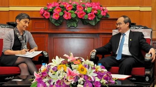 Ketua Pengurus Besar Front Tanah Air Vietnam, Nguyen Thien Nhan menerima Dubes Swiss di Vietnam - ảnh 1