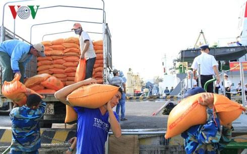 Kira-kira 400 ton barang diberikan kepada kabupaten pulau Truong Sa untuk melayani Hari Raya Tet 2016 - ảnh 1