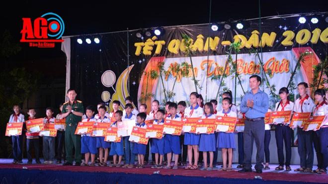 Daerah-daerah di Vietnam memikirkan kaum miskin sehubungan dengan Hari Raya Tet - ảnh 1