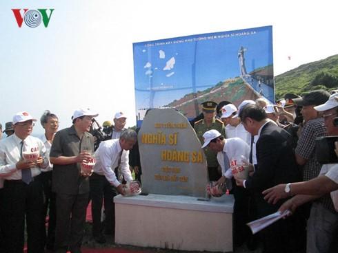 """Acara menempatkan batu untuk membangun Tugu Monumen """"Prajurit Hoang Sa"""" - ảnh 1"""