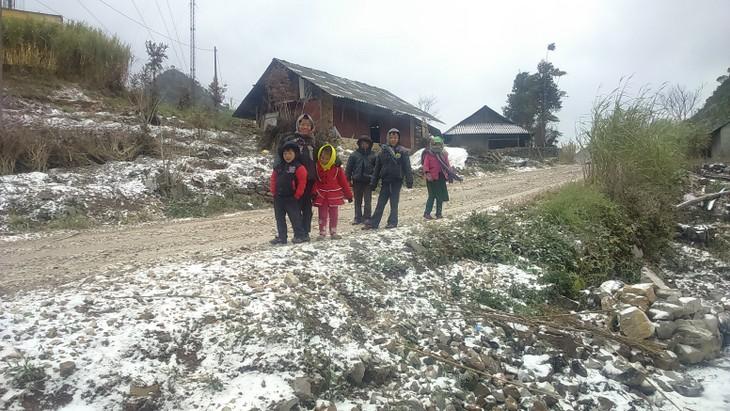 Para warga etnis minoritas Meo Vac bertarung melawan udara dingin berat - ảnh 9