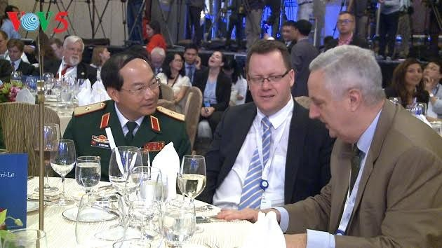 Dialog ke-16 Shangri-La: Menjunjung tinggi hukum internasional dalam menangani semua tantangan keamanan di kawasan - ảnh 1