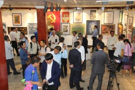 Peringatan ultah ke-55 hubungan Vietnam-Laos: Pembukaan pameran seni rupa Vietnam-Laos - ảnh 1