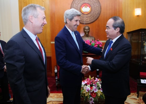 Sekretaris Komite Partai kota Ho Chi Minh, Nguyen Thien Nhan menerima mantan Menlu AS, John Kerry - ảnh 1