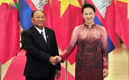 Ketua MN Vietnam, Nguyen Thi Kim Ngan melakukan pembicaraan dengan Ketua Parlemen Kamboja, Samdech Heng Samrin - ảnh 1