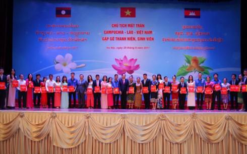 Ketua Front Tanah Air tiga negara Vietnam-Laos-Kamboja melakukan pertemuan dengan para pemuda dan mahasiswa - ảnh 1