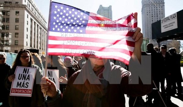 Hakim AS memutuskan sementara berhenti mengusir para migran Irak - ảnh 1