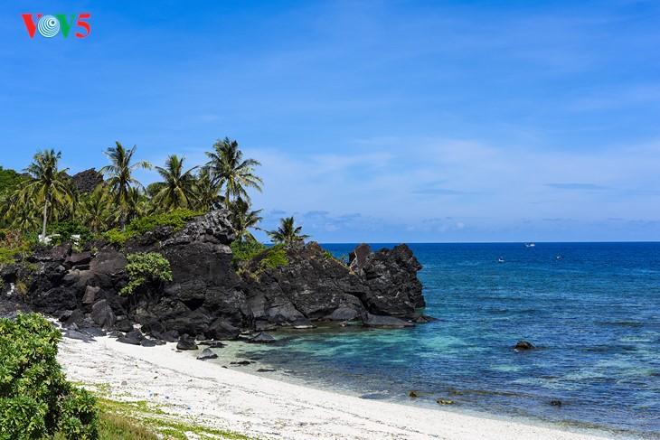 """""""Museum"""" geologi gunung berapi purba yang jarang ada di dunia di Pulau Ly Son - ảnh 5"""