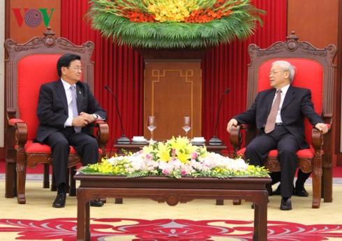 Para pemimpin Partai, Pemerintah dan Negara Vietnam menerima PM Laos, Thongloun Sisoulith - ảnh 1