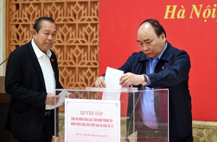 Kantor Pemerintah mengumpulkan uang untuk membantu warga daerah Trung Bo Selatan yang menderita kerugian akibat taufan Damrey - ảnh 1