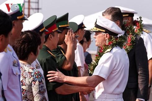 Kapal Angkatan Laut AS berlabuh di pelabuhan laut Tien Sa, Kota Da Nang - ảnh 1