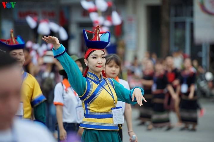 Banyak program kesenian Festival Hue menyerap kedatangan banyak pengunjung - ảnh 1
