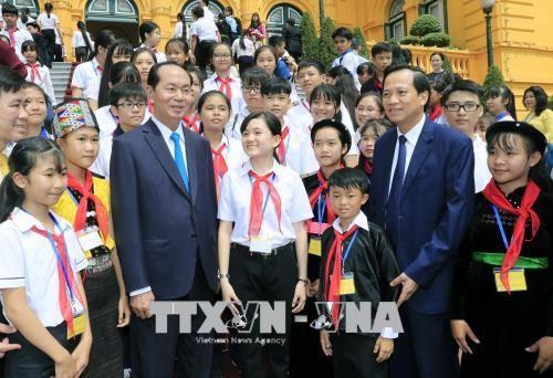 Presiden Viet Nam, Tran Dai Quang melakukan pertemuan dengan rombongan anak-anak yang menjumpai kesulitan berat dan tipikal dari seluruh negeri - ảnh 1