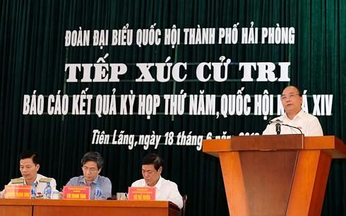 PM Viet Nam, Nguyen Xuan Phuc dan Deputi PM Vuong Duc Hue melakukan kontak dengan para pemilih di beberapa daerah di Viet Nam - ảnh 1