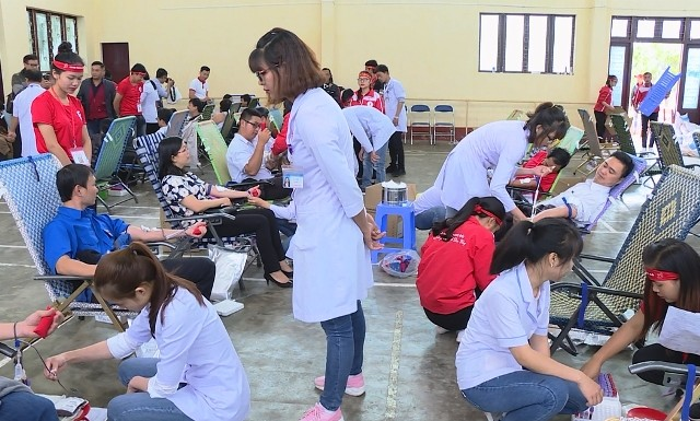 """Ratusan orang ikut serta dalam pesta donor darah """"Tetesan darah merah daerah Tay Nguyen"""" - ảnh 1"""