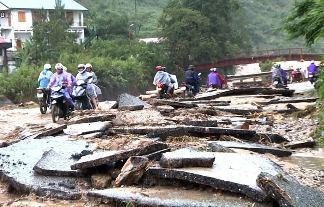 Pengurus Besar Front Tanah Air Viet Nam berkunjung dan menyemangati warga provinsi-provinsi di daerah pegunungan di Viet Nam Utara yang menderita kerugian akibat hujan dan banjir - ảnh 1