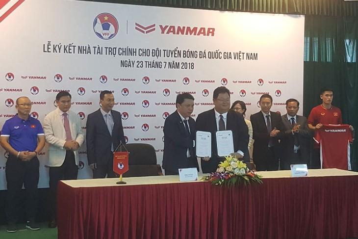 Badan usaha berjalan seperjalanan dengan tim sepak bola nasional Viet Nam - ảnh 1