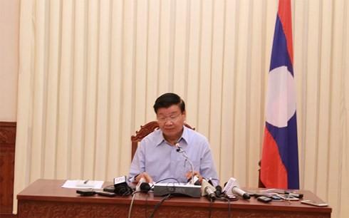 PM Laos memimpin jumpa pers tentang bobolnya waduk hidrolistrik Sepien Senamnoi - ảnh 1