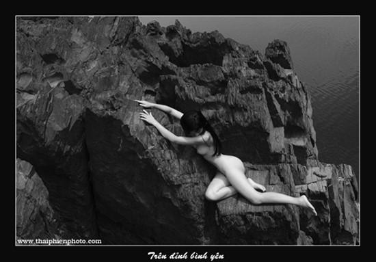 Memandangi karya-karya dalam pameran foto telanjang pertama yang mendapat surat izin di Viet Nam - ảnh 12