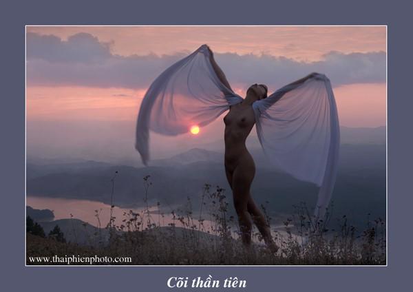 Memandangi karya-karya dalam pameran foto telanjang pertama yang mendapat surat izin di Viet Nam - ảnh 13