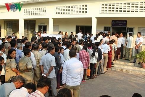 Para pemilih Kamboja memulai pemungutan suara dalam pemilu parlemen angkatan VI - ảnh 1