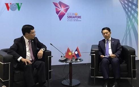 Deputi PM, Menlu Pham Binh Minh melakukan kontak bilateral di sela-sela Konferensi ke-51 Menlu ASEAN  - ảnh 1