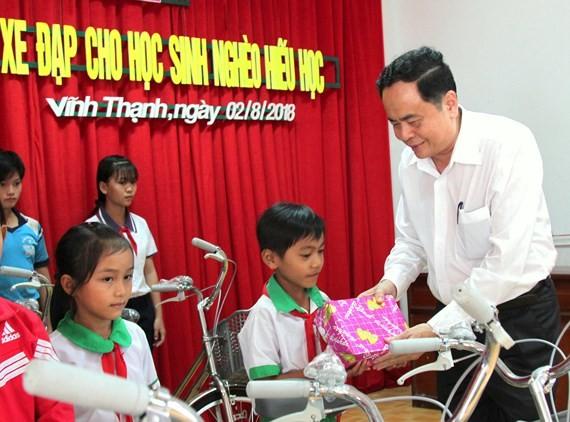 Ketua Pengurus Besar Front Tanah Air Viet Nam, Tran Thanh Man menyampaikan beasiswa kepada para pelajar miskin di Kabupaten Vinh Thanh, Kota Can Tho - ảnh 1