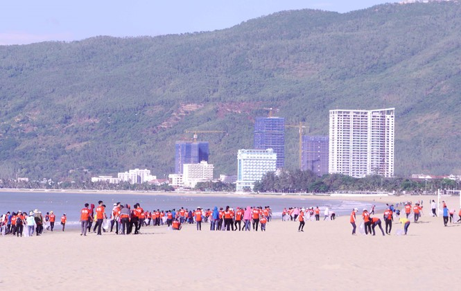 """Lebih dari 300 anggota Liga Pemuda dan pemuda ikut acara Kampanye """"Bersihkanlah laut"""" tahun 2018 - ảnh 1"""