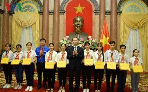 Presiden Viet Nam, Tran Dai Quang bertemu dengan orang-orang tipikal yang menghadiri Festival nasional ke-3 pemimpin Barisan Anak-Anak Pioner Ho Chi Minh yang tipikal  - ảnh 1