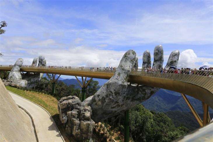 Media internasional memuji Jembatan Emas Sun World Ba Na Hills - ảnh 1