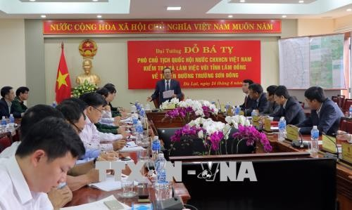 Wakil Ketua MN Viet Nam, Do Ba Ty mengawasi pelaksanaan proyek jalan Truong Son Timur - ảnh 1
