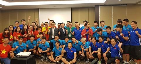 Kedutaan Besar Viet Nam di Indonesia menyemangati skuat sepak bola Viet Nam - ảnh 1