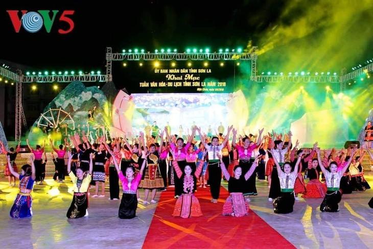 """Malam pesta """"Son La pada hari baru"""" di daerah tinggi Moc Chau - ảnh 1"""