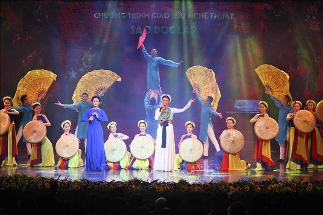 Aktivitas-aktivitas seni-budaya berlangsung secara bergelora sehubungan Hari Nasional Viet Nam - ảnh 1