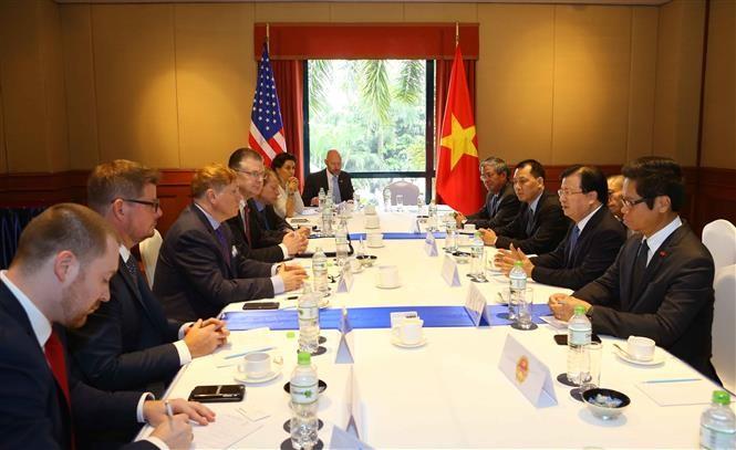 Deputi PM Viet Nam, Trinh Dinh Dung menerima wakil beberapa badan usaha besar AS yang sedang melakukan investasi di Viet Nam - ảnh 1